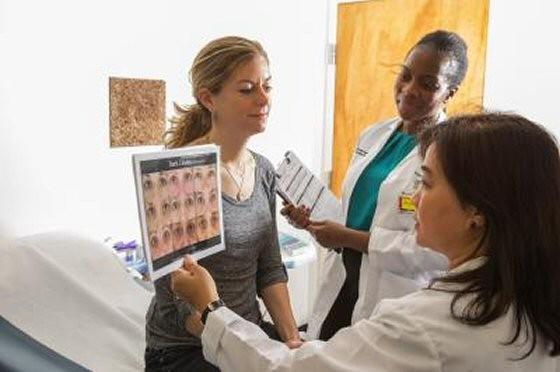 Las doctoras Elma Baron y Patricia Oyetakin-White examinando a Bethany Sellitto