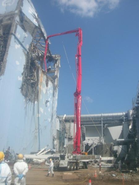 Toma de muestras del agua del estanque de refrigeración del combustible nuclear ya usado en el edificio del reactor 4 de la central nuclear de Fukushima Daiichi, en abril de 2011. (Foto: Tepco)