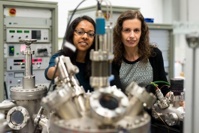 Hemma Mistry (a la izquierda) y Beatriz Roldan Cuenya. (Foto: © RUB, Kramer)